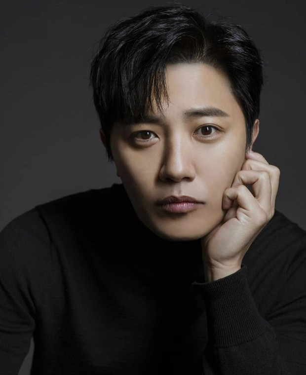 Masih ingat dengan sersan Seo Dae Yong pada drama Descendant of The Sun? Drama yang tayang pada 2016 itu memang termasuk salah satu judul yang membesarkan nama Jin Goo.