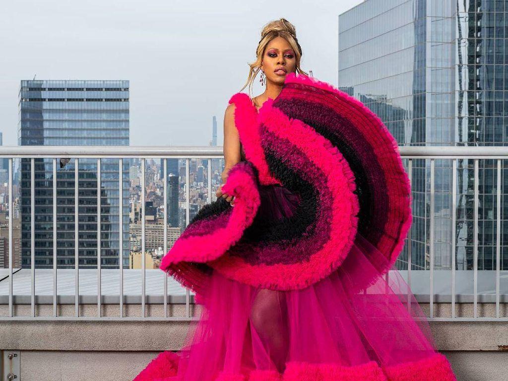 Penampilan Aktris Transgender Laverne Cox di Oscars 2021, Bergaun Seribu Meter