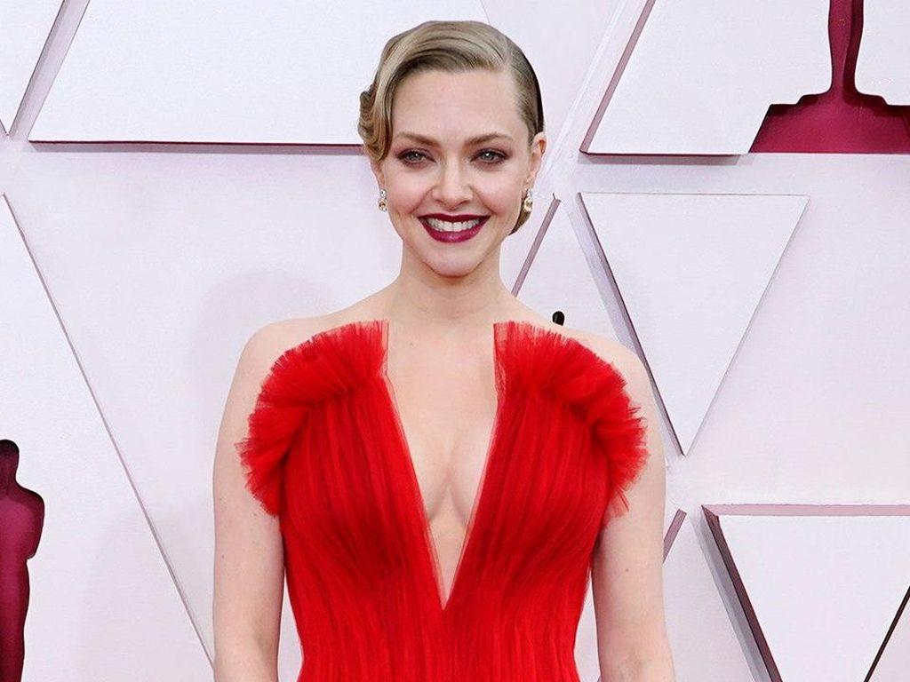 Foto: Deretan Makeup & Rambut Terbaik Selebriti di Oscars 2021