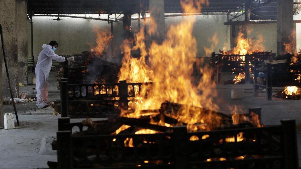 Foto: Api Membara di Krematorium COVID-19 India, Jenazah Tak Berhenti Datang