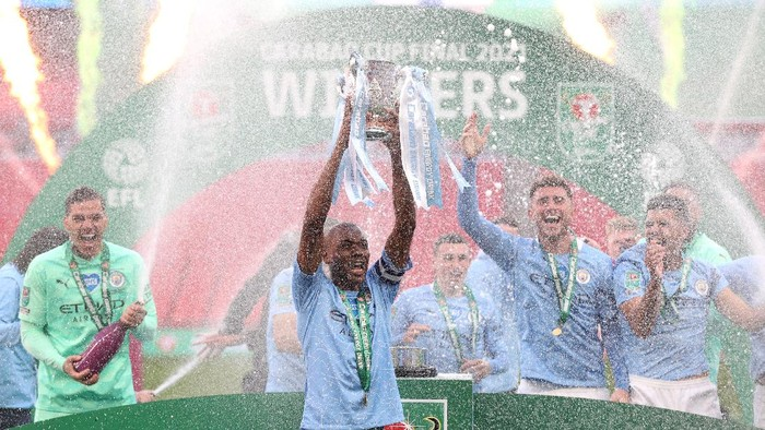 LONDON, ENGLAND - APRIL 25: Fernandinho of Manchester City lifts the Carabao Cup Trophy as his team celebrate victory after the Carabao Cup Final between Manchester City and Tottenham Hotspur at Wembley Stadium on April 25, 2021 in London, England. 8,000 fans are due to watch the game at Wembley, the most at an outdoor sporting event in the UK since the coronavirus pandemic started in March, 2020. Each team has been given an allocation of 2,000 with the remaining tickets split between local residents and NHS staff. (Photo by Clive Rose/Getty Images)