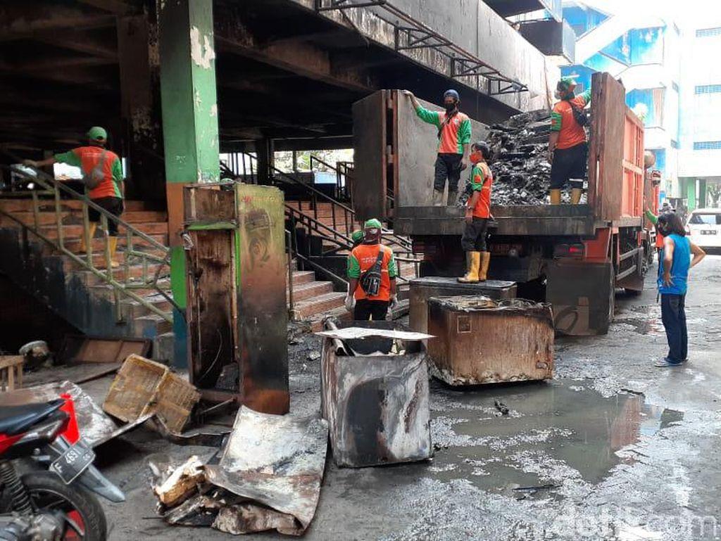 Puing-puing Kebakaran Blok C Pasar Minggu Mulai Dibersihkan
