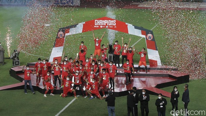 Persija Jakarta mengangkat trofi Piala Menpora 2021 di Stadion Manahan, Solo, 25 April 2021.