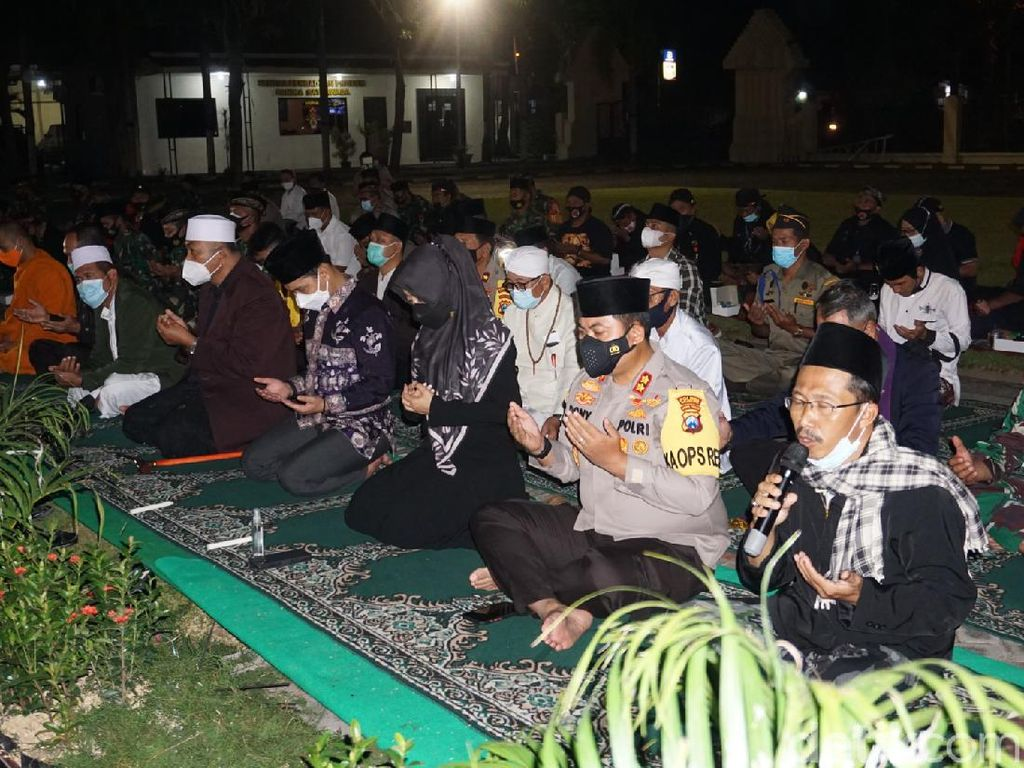 Momen Sakral Doa Bersama Lintas Agama di Mojokerto untuk Kru KRI Nanggala-402