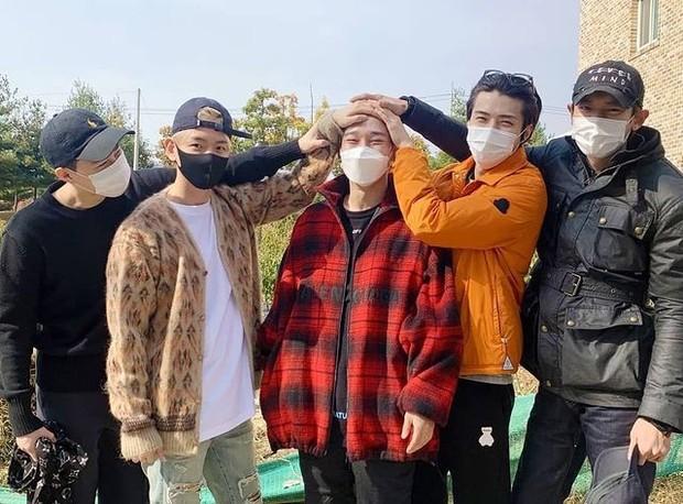 Potret anggota EXO saat Chen jelang jalani wajib militer (foto: instagram.com/_chuchowen)
