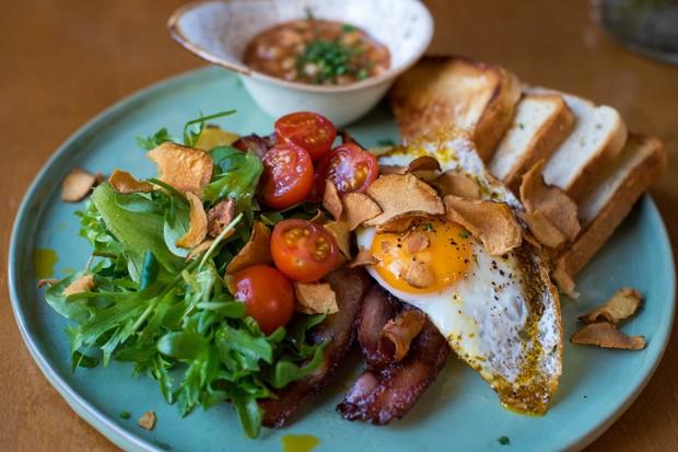 Mengonsumsi roti tawar dan sayur merupakan menu sehat yang bisa kamu makan ketika sahur.