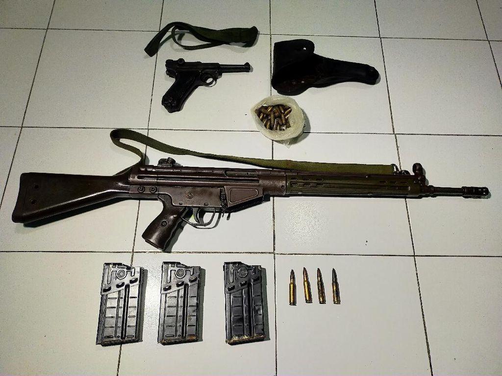 Sebuah Senjata Laras Panjang dan Pistol Ditemukan di Rumah Kosong di Surabaya