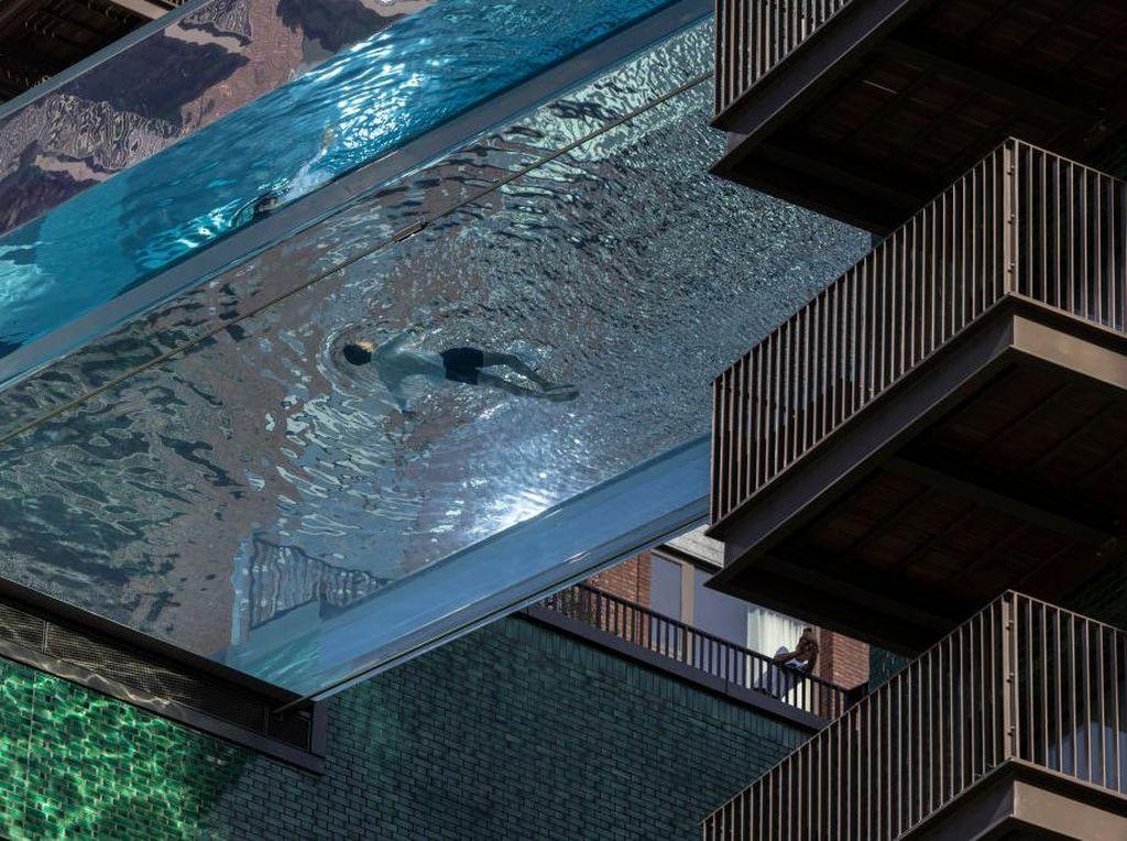Wow! Ada Kolam Renang Transparan Menggantung di London