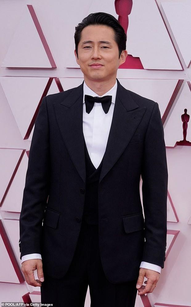 Steven Yeun saat di karpet merah Piala Oscars 2021.