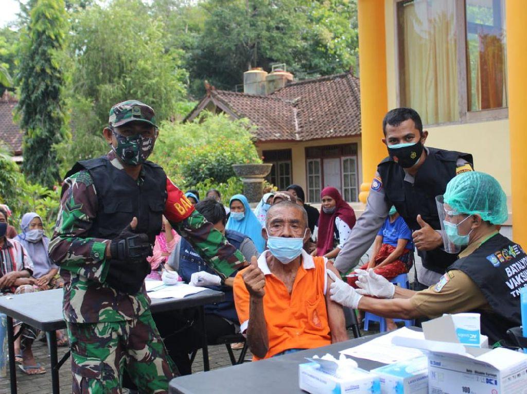 Aparat TNI, Polri dan Pemda Lombok Barat Terapkan Vaksinasi Mobile
