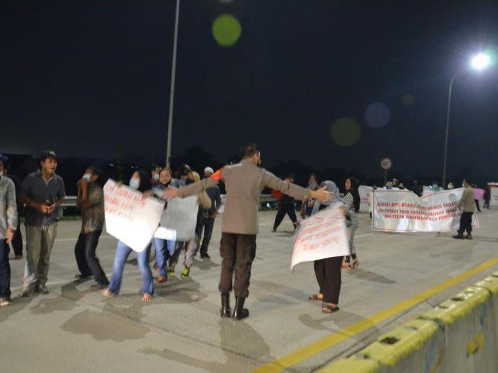 Tuntut Ganti Rugi Lahan, Warga Demo di Tol Cimanggis-Cibitung hingga Malam