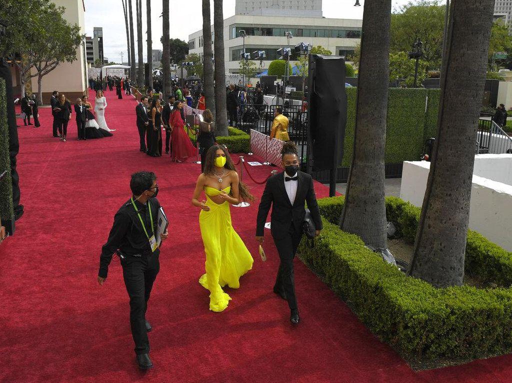 8 Gaya Zendaya Banjir Pujian, Patuh Prokes COVID-19 Pakai Masker di Oscars