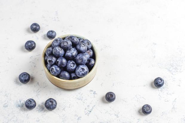 Blueberry salah satu buah dengan sumber antioksidan terbaik, mereka membantu sirkulasi darah di tubuh di daerah kepala, ini bisa membantu merangsang pertumbuhan rambut.