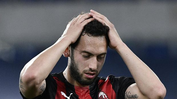 AC Milan's Turkish midfielder Hakan Calhanoglu reacts during the Italian Serie A football match Lazio vs Ac Milan at Olympic stadium in Rome on April 26, 2021. (Photo by Filippo MONTEFORTE / AFP)