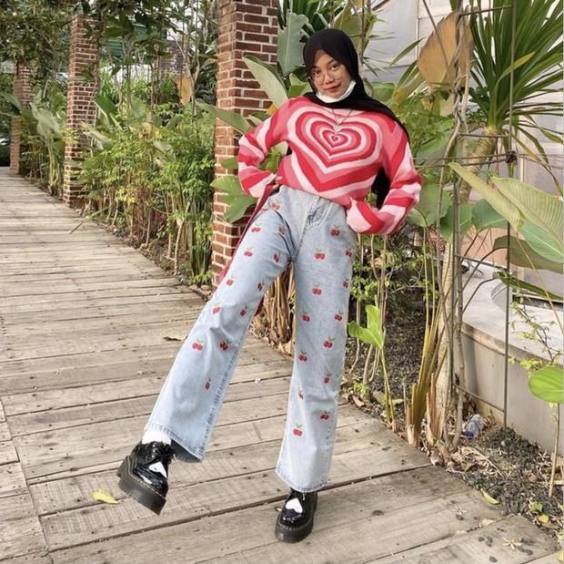 Jeans dengan lukisan cherry.