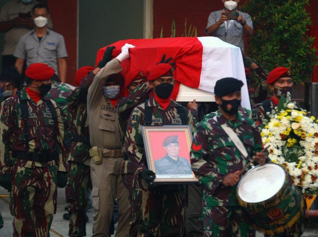 Momen saat Jenazah Kabinda Papua Tiba di Bandara Soeta
