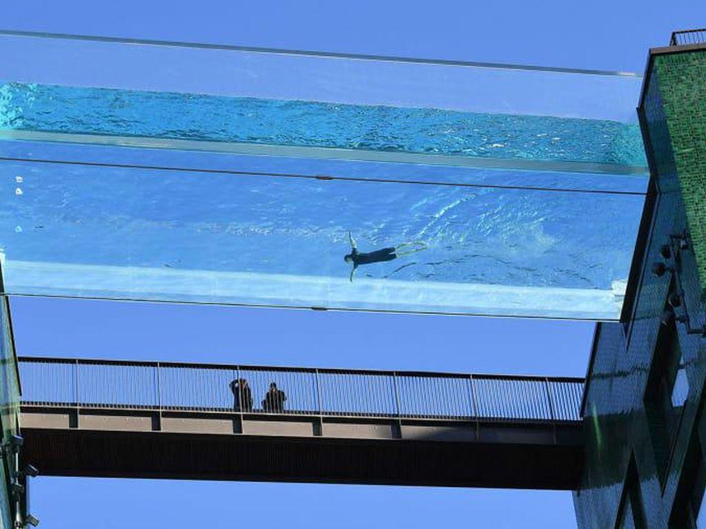 Foto Kolam Renang Transparan di Atas Ketinggian 30 Meter