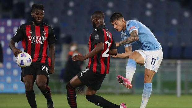 ROME, ITALY - APRIL 26: Joaquon Correa of SS Lazio shooting past Fikayo Tomori of A.C. Milan and Franck Kessie of A.C. Milan  during the Serie A match between SS Lazio and AC Milan at Stadio Olimpico on April 26, 2021 in Rome, Italy. Sporting stadiums around Italy remain under strict restrictions due to the Coronavirus Pandemic as Government social distancing laws prohibit fans inside venues resulting in games being played behind closed doors. (Photo by Paolo Bruno/Getty Images)