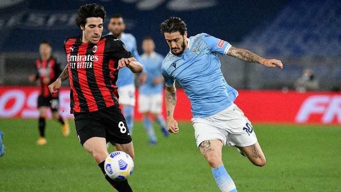 ROME, ITALY - APRIL 26: Luis Alberto of SS Lazio compete for the ball with Sandro Tonalii of AC Milan during the Serie A match between SS Lazio and AC Milan at Stadio Olimpico on April 26, 2021 in Rome, Italy. (Photo by Marco Rosi - SS Lazio/Getty Images)