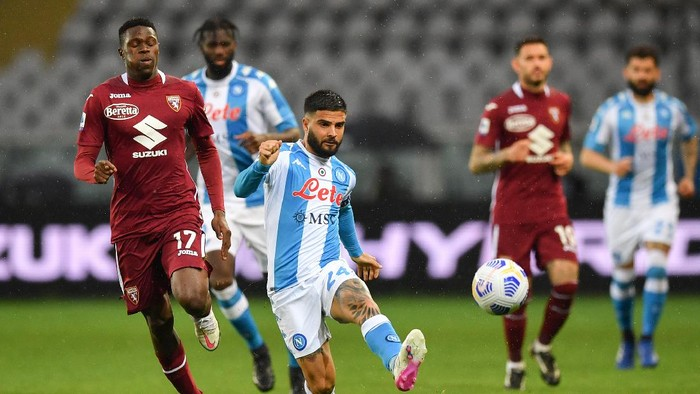 TURIN, ITALY - APRIL 26: Lorenzo Insigne of SSC Napoli passes the ball under pressure from Wilfried Singo of Torino FC during the Serie A match between Torino FC and SSC Napoli at Stadio Olimpico di Torino on April 26, 2021 in Turin, Italy. Sporting stadiums around Italy remain under strict restrictions due to the Coronavirus Pandemic as Government social distancing laws prohibit fans inside venues resulting in games being played behind closed doors. (Photo by Valerio Pennicino/Getty Images)