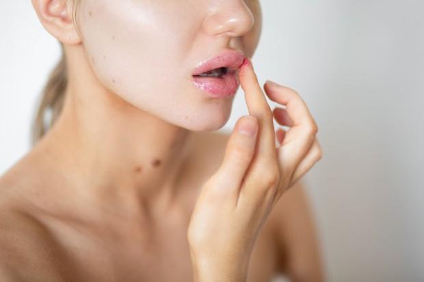 Karena konsistensi berminyak dan manfaat hidrasi tersebut, minyak jojoba adalah bahan yang bagus digunakan untuk bibir.