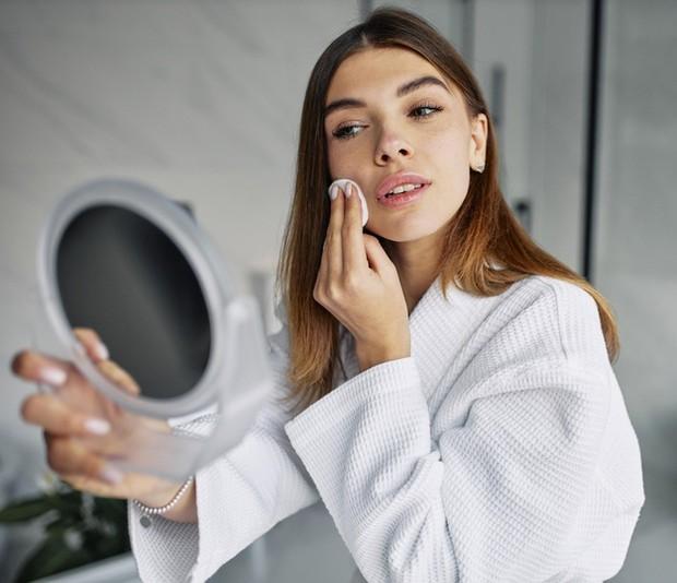 Hal ini mengurangi kemungkinan terjadinya penumpukan di kulit dan menyumbat pori-pori kamu yang menyebabkan lebih sedikit jerawat dan jerawat tidak terlalu parah.