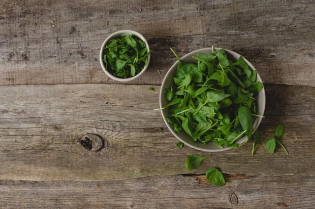 Sayuran hijau seperti bayam dan kangkung kaya akan fitonutrien yang mengandung antioksidan dan anti-inflamasi.