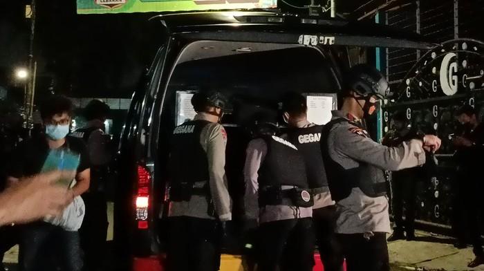 Tim Gegana dikerahkan dalam penggeledahan eks markas FPI (Foto: Karin/detikcom)