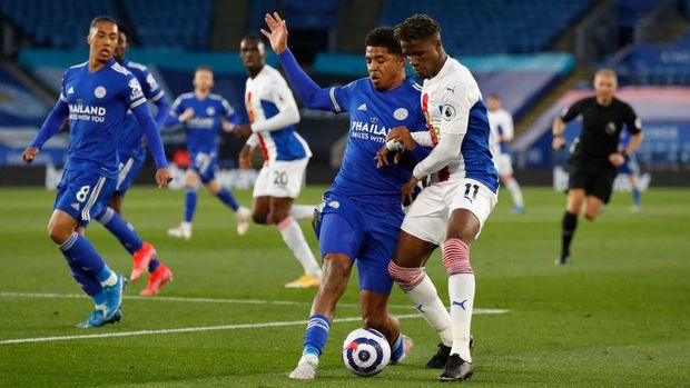 LEICESTER, ENGLAND - APRIL 26: Wesley Fofana of Leicester City battles for possession with Wilfried Zaha of Crystal Palace during the Premier League match between Leicester City and Crystal Palace at The King Power Stadium on April 26, 2021 in Leicester, England. Sporting stadiums around the UK remain under strict restrictions due to the Coronavirus Pandemic as Government social distancing laws prohibit fans inside venues resulting in games being played behind closed doors.  (Photo by Andrew Boyers - Pool/Getty Images)