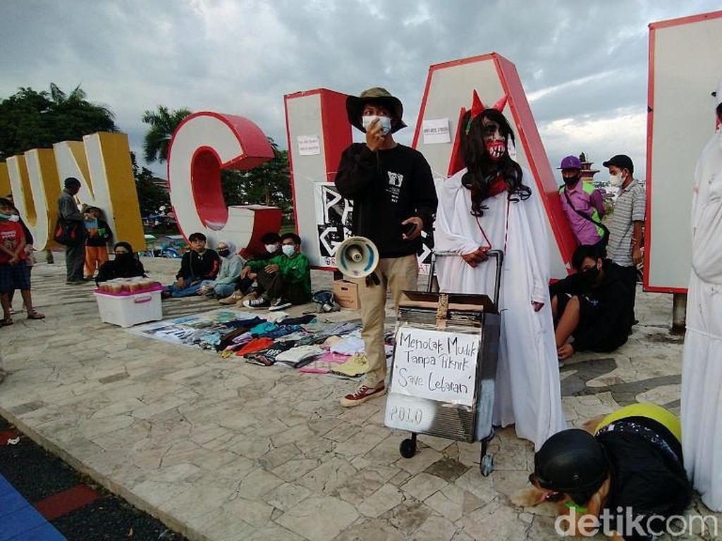Aksi Pocong-Kuntilanak di Ciamis Soroti Larangan Mudik
