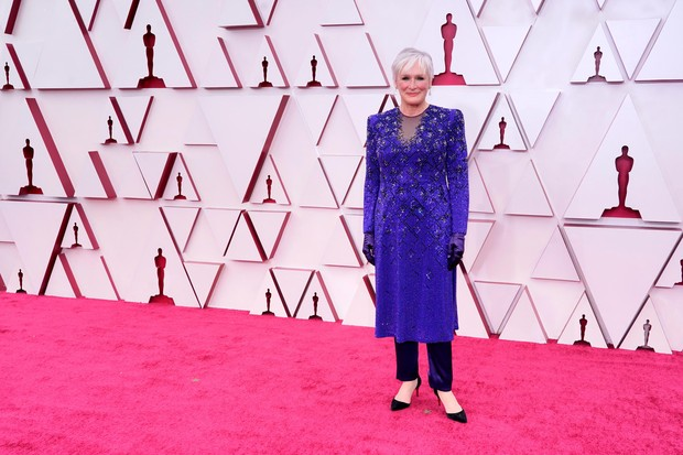 Aktris senior Glenn Close saat di karpet merah Piala Oscars 2021.
