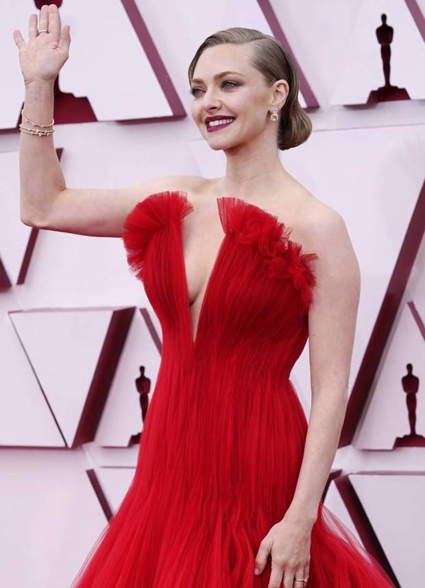 Amanda Seyfried saat di red carpet Piala Oscars 2021.