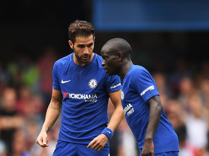 LONDON, ENGLAND - AUGUST 12:  Cesc Fabregas talks with NGolo Kante of Chelsea during the Premier League match between Chelsea and Burnley at Stamford Bridge on August 12, 2017 in London, England.  (Photo by Michael Regan/Getty Images)