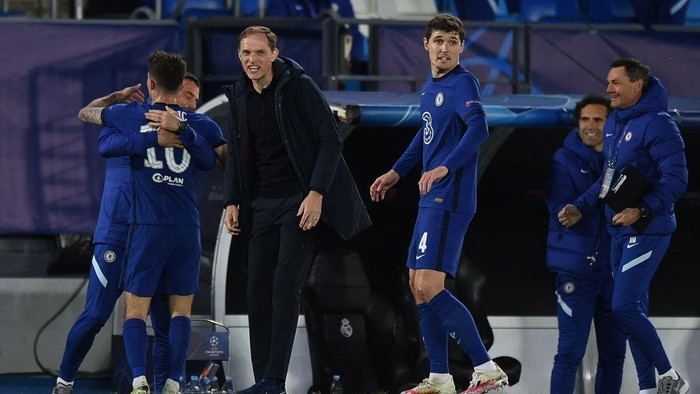 MADRID, SPAIN - APRIL 27:  Christian Pulisic of Chelsea FC celebrates with team manager Thomas Tuchel and a member of the coaching team after scoring their teams first goal during the UEFA Champions League Semi Final First Leg match between Real Madrid and Chelsea FC at Estadio Alfredo Di Stefano on April 27, 2021 in Madrid, Spain. Sporting stadiums around Spain remain under strict restrictions due to the Coronavirus Pandemic as Government social distancing laws prohibit fans inside venues resulting in games being played behind closed doors. (Photo by Denis Doyle/Getty Images)