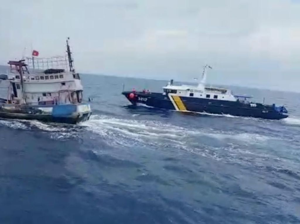 Detik-detik Upaya Kabur Kapal Pencuri Ikan Dikejar Kapal KKP