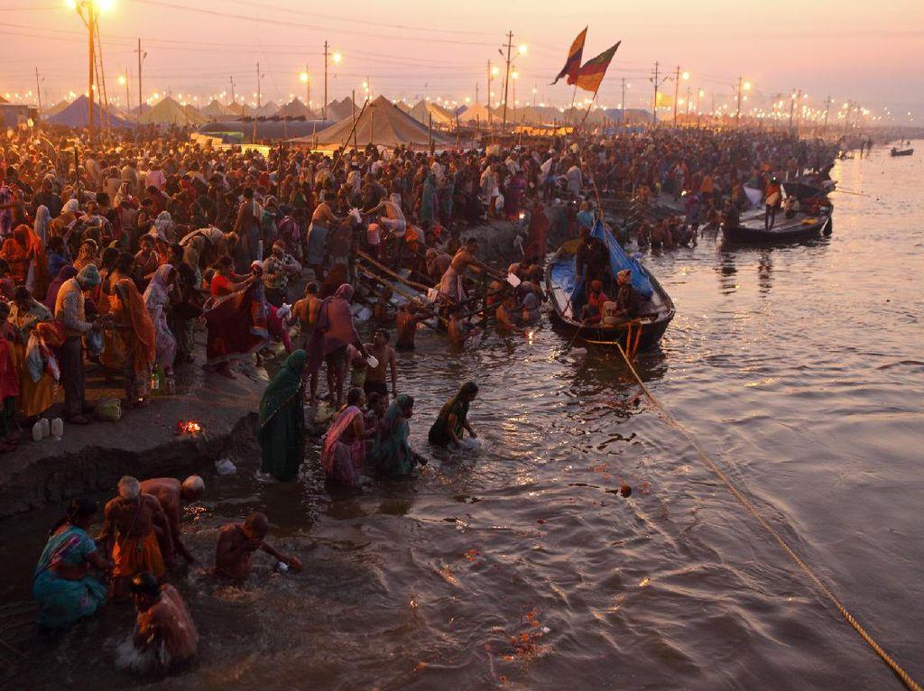 Mengenal Festival Mandi Massal, yang Bikin Kasus Corona di India Melonjak