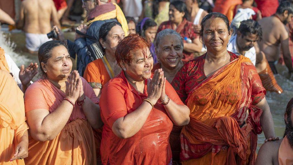 Foto: Kumbh Mela, Mandi Massal yang Bikin Tsunami COVID di India