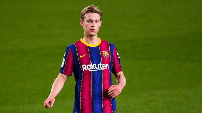 BARCELONA, SPAIN - MARCH 03: Frenkie de Jong of FC Barcelona looks on during the Copa del Rey Semi Final Second Leg match between FC Barcelona and Sevilla at Camp Nou on March 03, 2021 in Barcelona, Spain. Sporting stadiums around Spain remain under strict restrictions due to the Coronavirus Pandemic as Government social distancing laws prohibit fans inside venues resulting in games being played behind closed doors. (Photo by David Ramos/Getty Images)