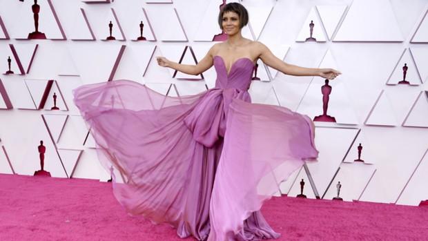 Halle Berry di karpet merah Piala Oscars 2021.