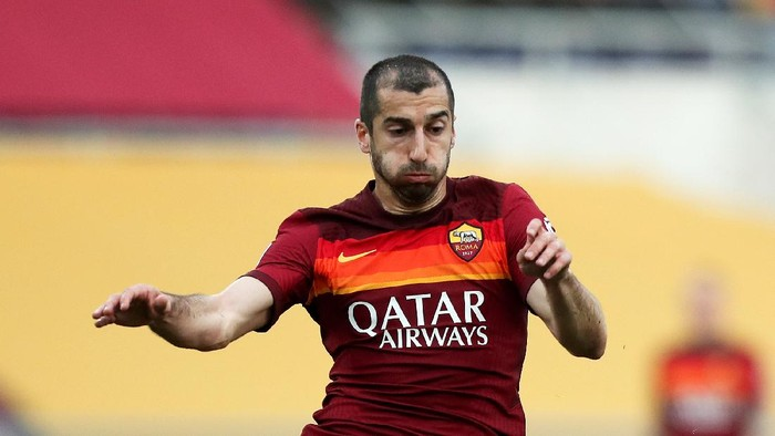 ROME, ITALY - APRIL 22: Henrikh Mkhitaryan of A.S Roma controls the ball during the Serie A match between AS Roma and Atalanta BC at Stadio Olimpico on April 22, 2021 in Rome, Italy. Sporting stadiums around Italy remain under strict restrictions due to the Coronavirus Pandemic as Government social distancing laws prohibit fans inside venues resulting in games being played behind closed doors.  (Photo by Paolo Bruno/Getty Images)
