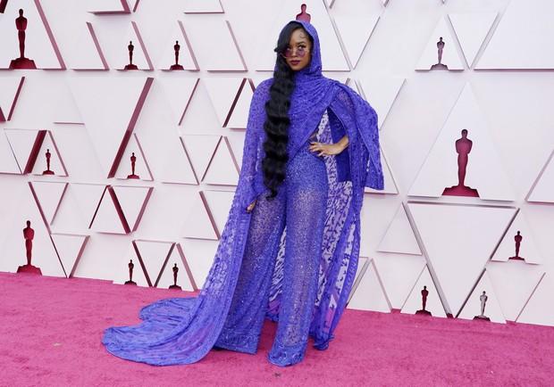 H.E.R hadir dengan gaya seperti musisi mendiang Prince saat di Piala Oscars.