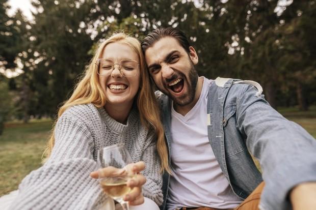 Kalau kamu merasa kamu terus-menerus mencoba membuat pasangan kamu terkesan, kamu akan kesulitan membangun hubungan yang jujur.