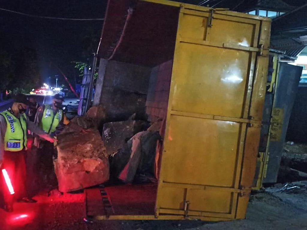 Lupa Tak Di-hand Rem, Truk Fuso Jalan Sendiri Hantam Bazar Ramadhan