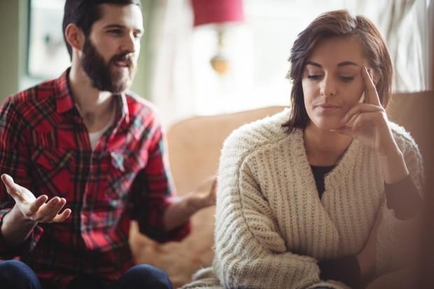 Karakter penantang dan penarik diri merupakan tipe pertengkaran yang cukup umum terjadi di banyak pasangan. Salah satu pasangan cenderung lebih suka menantang dan aktif dalam mendebat dan memprotes.