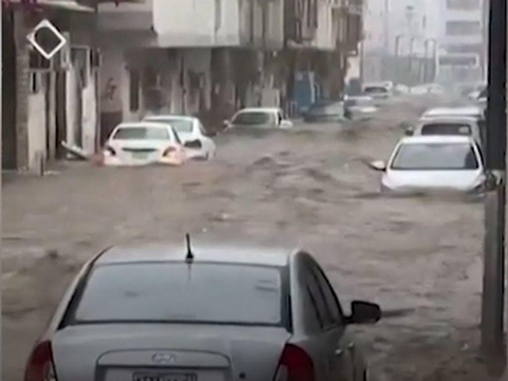 Hujan Es hingga Banjir Terjang Makkah