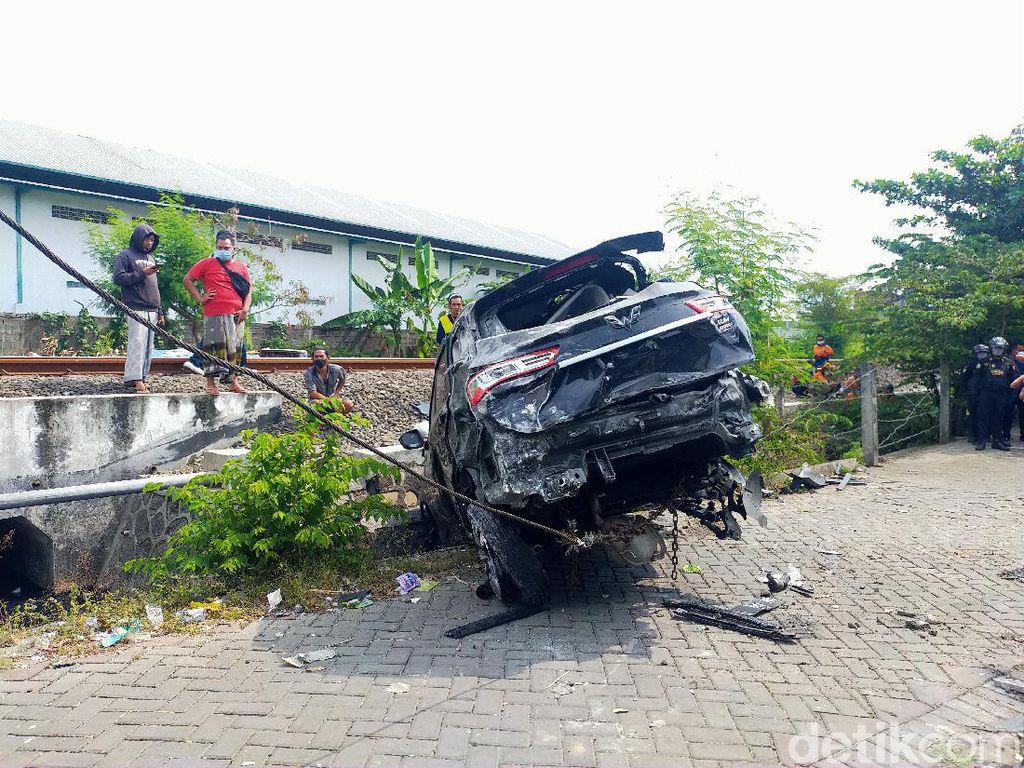 Satu Orang Tewas Saat Mobilnya Tertabrak Kereta Api di Surabaya
