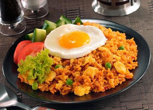 Nasi yang masih tersisa setelah memasak untuk berbuka dapat dinikmati lagi dengan lebih hangat melalui masakan nasi goreng.