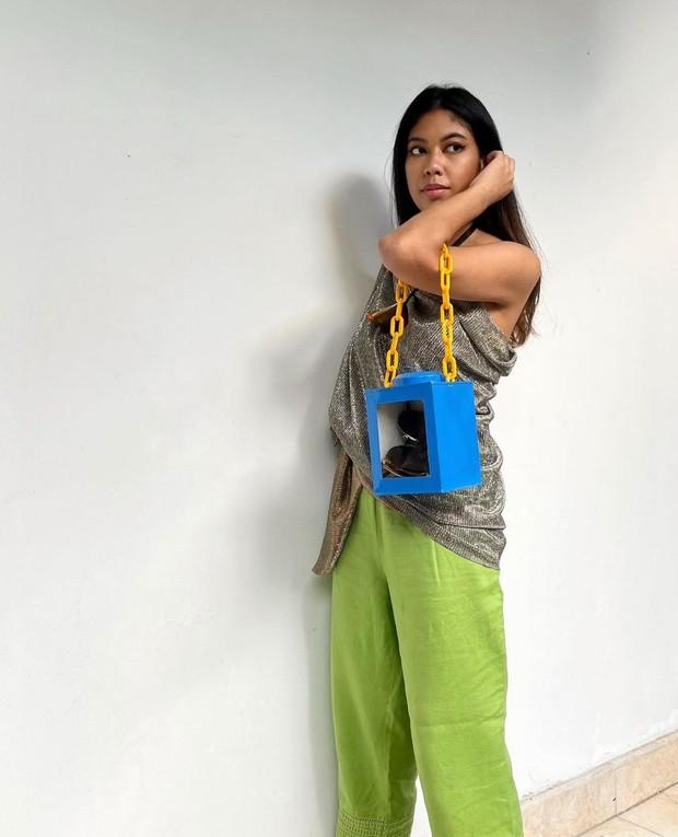OOTD pakai tas unik yang terbuat dari toples kerupuk.