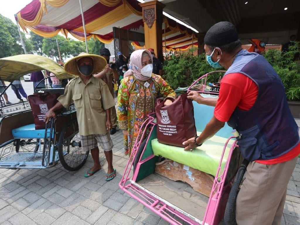 Jelang Lebaran, Pemkot Mojokerto Bagikan Bansos ke Tukang Becak-Lansia
