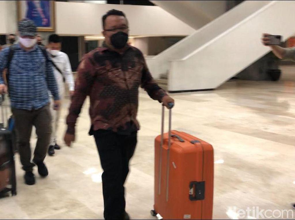 4 Jam Geledah Ruangan Azis Syamsuddin di DPR, KPK Total Bawa 5 Koper